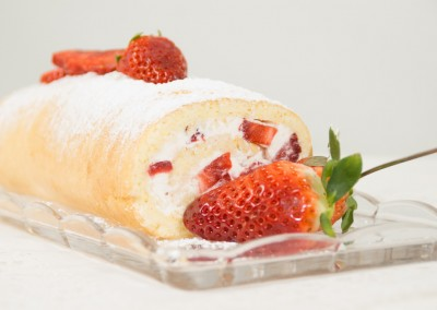 Topfenrolle mit Erdbeeren